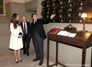 2015年3月,懷孕中的凱特(左)穿了高跟鞋出席公開活動。(The Royal Family facebook圖片)