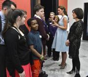 2013年4月,凱特(右二)佗着喬治小王子,穿着高跟鞋及連身裙出席活動。(The Royal Family facebook圖片)