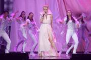梁詠琪向來有「高妹」稱號,當然要在演唱會上騷一騷修長美腿。