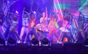 梁詠琪穿上立體花花裙,在台上勁歌熱舞。