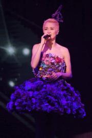 梁詠琪獻唱《短髮》、《G For Girl》、《某年仲夏》多首金曲。
