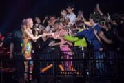 梁詠琪走近觀眾席,大批歌迷上前與她握手。