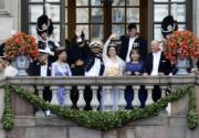 2015年6月,結婚儀式後,瑞典王室成員陪同一對新人──菲利普王子和新娘(中)在王宮向在場者揮手。(法新社資料圖片)