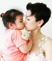 陳茵媺工作了一整天,回家即收到小公主為她送上最窩心的禮物,香吻一大個﹗(網上圖片)