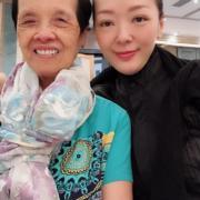郭少芸與她口中的「美少女」媽媽笑容一致。(網上圖片)