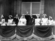 【英國王室新娘】1947年11月20日,英女王伊利沙伯二世(右五)與丈夫菲臘親王(右四)在白金漢宮陽台接受民眾祝福。(The British Monarchy flickr黑白圖片)