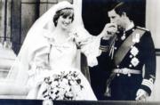 【英國王室新娘】查理斯(右)迎娶戴安娜(左),他在白金漢宮露台親吻妻子手背。(黑白資料圖片)