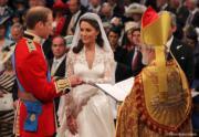 【英國王室新娘】2011年4月29日,凱特(右)與威廉王子在西敏寺舉行婚禮。(The Royal Family facebook圖片)