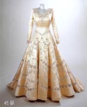 英女王的婚紗飾有珍珠及繡上星形圖案。(Royal Collection Trust facebook圖片)