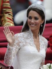 【英國王室新娘】凱特的婚紗為象牙白色,肩膀至手袖以蕾絲製作。(The British Monarchy flickr圖片)