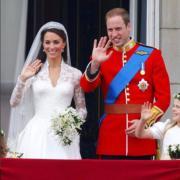 【英國王室新娘】2011年4月29日,凱特(左)與威廉王子在白金漢宮陽台接受民眾祝福。(Kensington Royal instagram圖片)