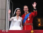 【英國王室新娘】2011年4月29日,凱特(左)與威廉王子在白金漢宮陽台接受民眾祝福。(法新社資料圖片)