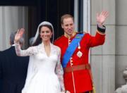 【英國王室新娘】凱特(左)的婚紗採用V領和收腰設計,優雅又時尚。(The British Monarchy flickr圖片)