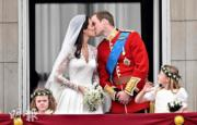 【英國王室新娘】2011年4月29日,凱特(左)與威廉王子在白金漢宮陽台親吻。(法新社資料圖片)
