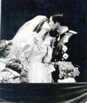 【英國王室新娘】查理斯(右)與戴安娜(左)當年結婚時親吻。(黑白資料圖片)