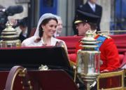 【英國王室新娘】威廉王子(右)及凱特(左)在婚禮後乘坐黃金開篷馬車,沿途接受群眾祝福。(The British Monarchy flickr圖片)
