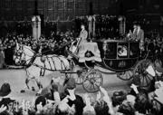 英女王在結婚典禮後乘馬車返回白金漢宮。(法新社黑白圖片)