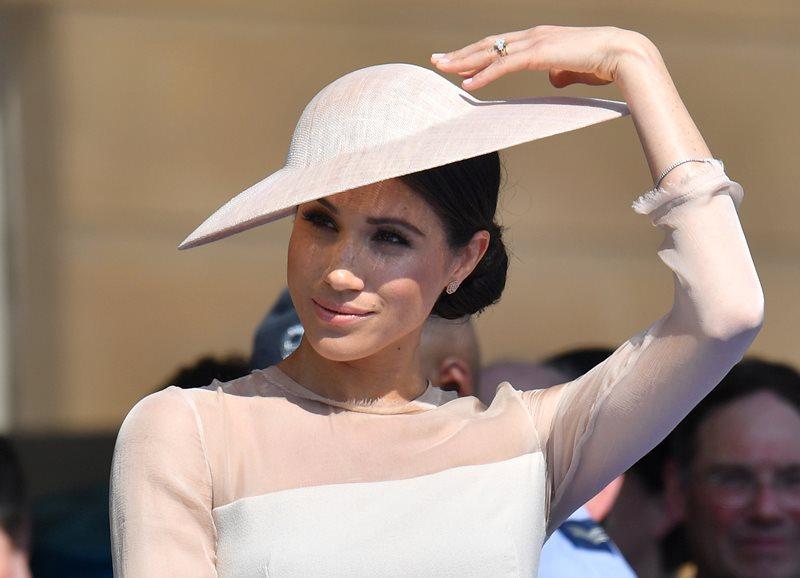 【婚後首次亮相】乖乖穿裙示人!Meghan Markle 優雅「公爵夫人」造型