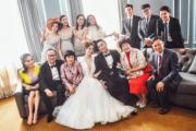 阿嬌、賴弘國與雙方家長及兄弟姊妹團合照。(大會提供圖片)