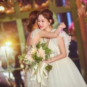 蔡卓妍在派對上激動地攬實阿嬌,祝福她永遠快樂﹗(蔡卓妍Instagram圖片)