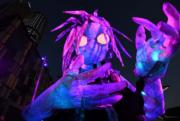 【悉尼燈光音樂節】表演者舞動6米高巨型燈光裝置布偶。(法新社)