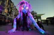【悉尼燈光音樂節】表演者舞動6米高的巨型燈光裝置布偶。(法新社)