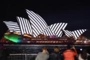 【悉尼燈光音樂節】悉尼歌劇院在燈光效果下,展現不同的美態。(法新社)