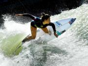 法國衝浪女選手Johanne Defay在美國加州參加世界衝浪聯盟的Founders' Cup of Surfing賽事。圖片攝於2018年5月6日。(法新社)