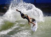 法國衝浪女選手Johanne Defay參加世界衝浪聯盟的Founders' Cup of Surfing賽事。圖片攝於2018年5月6日。(法新社)