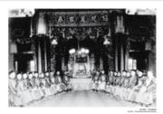 【香港百年蛻變】1870年,港府刊憲《華人醫院則例》,首屆東華醫院董事會成立。照片中為東華醫院總理於大禮堂內的合照,約攝於1885年。(圖片及資料由饒宗頤文化館提供)