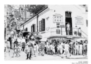 【香港百年蛻變】1950、60年代,香港肺結核、天花、白喉、霍亂等疾症流行;1961年8月18日,香港發生霍亂,港府宣布為「疫埠」。照片中為1961年市民在灣仔輪候注射預防霍亂疫苗的情景。(圖片及資料由饒宗頤文化館提供)