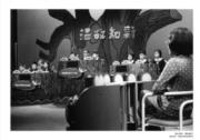 【香港百年蛻變】1971年,香港小學實施「電視教學」與「普及六年制小學免費教育」,這張攝於70年代的照片為《溫故知新》小學校際問答比賽節目。《溫故知新》是家傳戶曉的校際問答比賽節目,該節目由恒生銀行贊助,反映恒生致力促進青少年發展及培育社會棟樑。(圖片及資料由饒宗頤文化館提供)