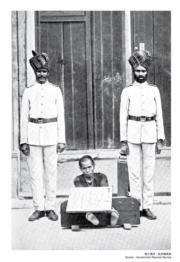【香港百年蛻變】1844年5月1日,港府在憲報上宣布正式成立警察隊伍。圖片為印度籍警察與被扣上腳枷的華籍犯人。(圖片及資料由饒宗頤文化館提供)