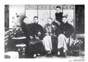 【香港百年蛻變】孫中山的革命思想在香港孕育。照片中,孫中山與志同道合友人合照,左起:楊鶴齡、孫中山、陳少白、尢列,後立者為關景良,約攝於1888年。(圖片及資料由饒宗頤文化館提供)