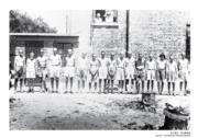【香港百年蛻變】日佔時期赤柱集中營內的一群外籍戰俘。(攝於1945年8月)(圖片及資料由饒宗頤文化館提供)