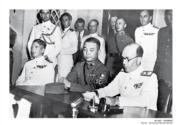 【香港百年蛻變】1945年英國海軍少將夏慤向日本代表宣讀投降條約協定,左為中國代表潘華國將軍。(圖片及資料由饒宗頤文化館提供)