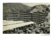 【香港百年蛻變】石硤尾火災後,不少災民露宿街頭,政府為安置災民,在災場原址興建兩層高的包寧平房及八座樓高六層的徙置大廈。圖為1954年12月的石硤尾。(圖片及資料由饒宗頤文化館提供)
