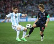 【世界盃‧阿根廷戰克羅地亞】阿根廷前鋒美斯 (左) (新華社)