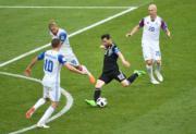 【世界盃‧阿根廷戰冰島】阿根廷前鋒美斯 (穿深色球衣) (新華社)