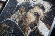 【世界盃】街頭藝術──用石頭及貝殼砌成的美斯畫像 (法新社)