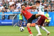 【世界盃‧韓國對墨西哥】韓國文善敏 (左) 與墨西哥Jesus Gallardo (右)(法新社)