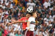 【世界盃‧韓國對墨西哥】韓國球員金英權 (左) 與墨西哥前鋒Javier Hernandez (右)(法新社)