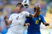 【世界盃‧巴西對哥斯達黎加】巴西隊長尼馬 (右) 與哥斯達黎加Johnny Acosta (左)(法新社)
