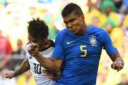 【世界盃‧巴西對哥斯達黎加】哥斯達黎加中鋒Bryan Ruiz (左) 與巴西中鋒Casemiro (右)(法新社)