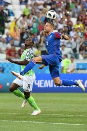 【世界盃‧尼日利亞對冰島】尼日利亞前鋒Odion Jude Ighalo (左) 與冰島後衛Sverrir Ingason (右)(法新社)