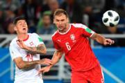【世界盃‧瑞士對塞爾維亞】瑞士中鋒Steven Zuber (左) 與塞爾維亞後衛Branislav Ivanovic (右)(法新社)