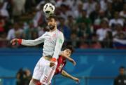 【世界盃‧西班牙對伊朗】西班牙後衛皮克 (Gerard Pique) (前)(法新社)