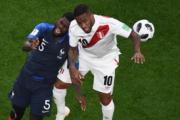 【世界盃‧秘魯對法國】法國後衛Samuel Umtiti (左) 與秘魯前鋒Jefferson Farfan (右)(法新社)