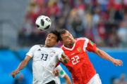 【世界盃‧埃及對俄羅斯】埃及Mohamed Abdel-Shafy (左) 與俄羅斯前鋒Artem Dzyuba (右)(法新社)