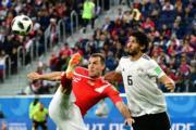 【世界盃‧埃及對俄羅斯】埃及後衛Ahmed Hegazi (右) 與俄羅斯前鋒Artem Dzyuba (左)(法新社)
